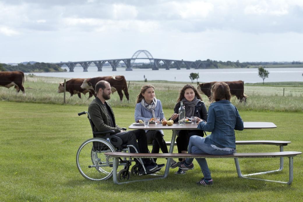 rolstoelvriendelijke Plateau i picknicktel voor 2 rolstoelen aan het hoofd kopse kant van de tafel voor mindervalide om buiten te recreeren te lunchen en ontspannen in de openbare ruimte zoals een park plein zorgcentrum ziekenhuis bejaardentehuis of bijvo
