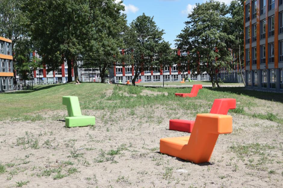 Op drie locaties rondom de woningen zijn de Boa's per vier stuks in een speelse opstelling geplaatst en ter verzwaring opgevuld met zand. De studenten kunnen heerlijk zitten, hangen of liggen op deze vrolijke elementen!