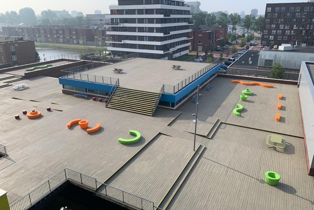 Haarlem College start schooljaar met stoer en kleurrijk meubilair op schoolplein