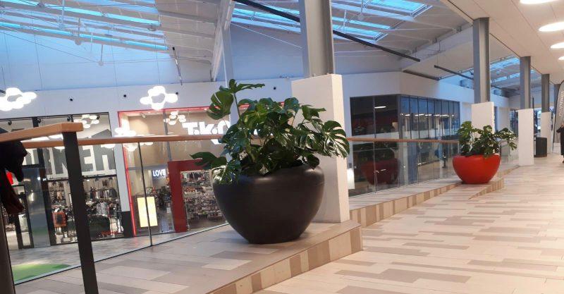 Scoop plantenbakken ook bloembak genoemd is geschikt voor planten bomen en bloemen de bak is rond en gemaakt van kunststof hij is geschikt voor binnen en buiten en dus als straatmeubilair ook op schoolplein of in kantine of kantoor te gebruiken ook als sc