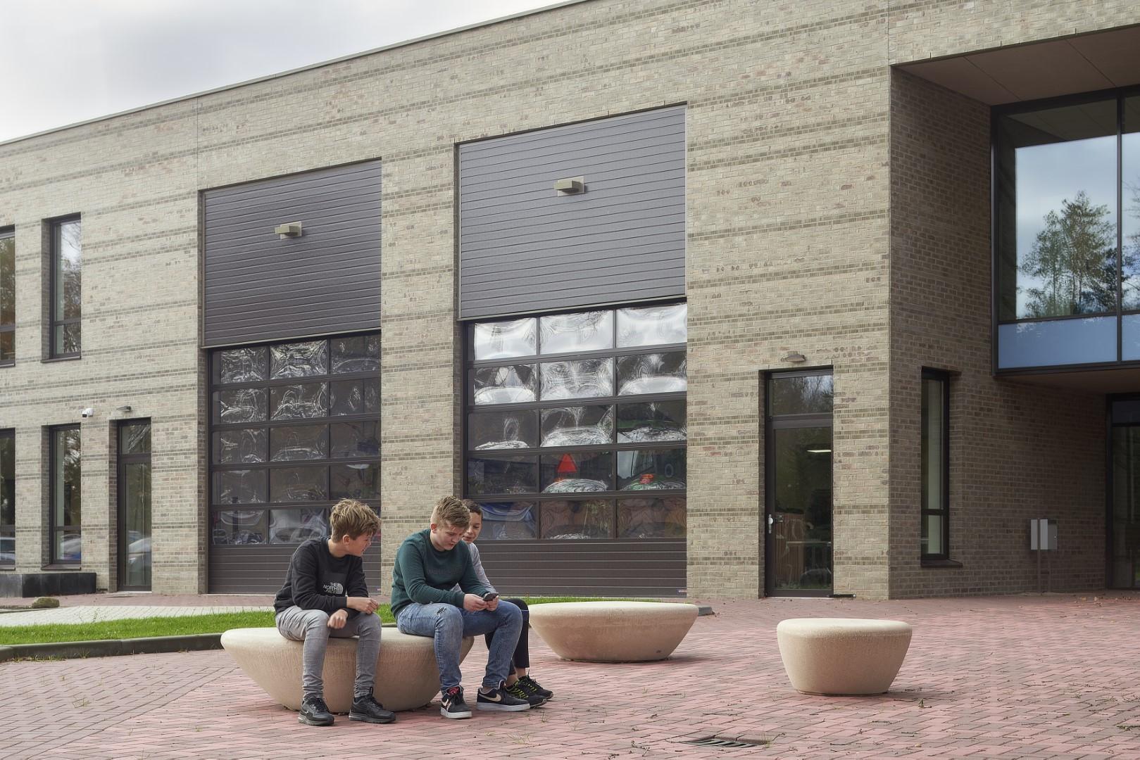 Supercell zitelementen van beton - entree school