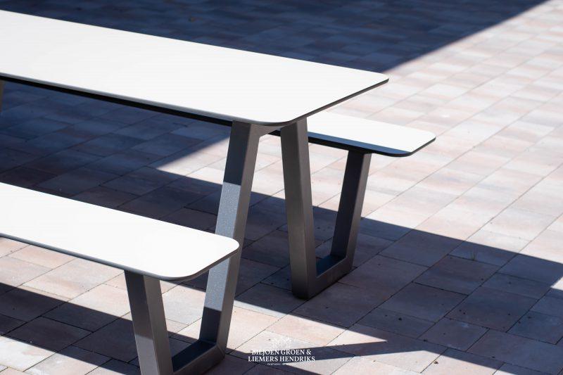 De beste picknicktafel voor schoolplein kantine horeca winkelcentrum aula Picnic HPL tafel voor de openbare ruimte straatmeubilair of schoolplein meubilair kantoormeubilair en projectmeubilair in veel kleuren zoals grijs wit zwart oranje groen paars geel