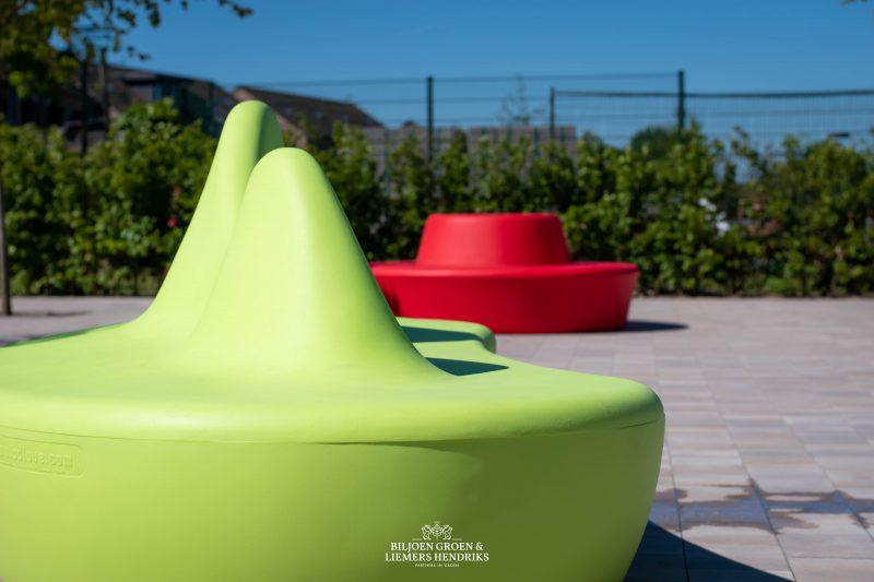 Shark bank met rugleuning van BD Barcelona van hard plastic ook wel polyethyleen genoemd wat slagvast hufterproof weerbestendig kunststof is voor schoolplein meubilair maar ook voor kantoor kantoortuin dakterras bedrijfsruimte zorgcentrum ziekenhuis aula