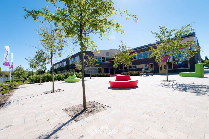 Loop arc bank in de vorm van een slinger maar ook te plaatsen als cirkel op een schoolplein voor de inrichting van scholen en het meubilair voor binnen en buiten deze serie is gemaakt van slagvast hufterproof vandalismebestendig kunsstof plastic polyethyl