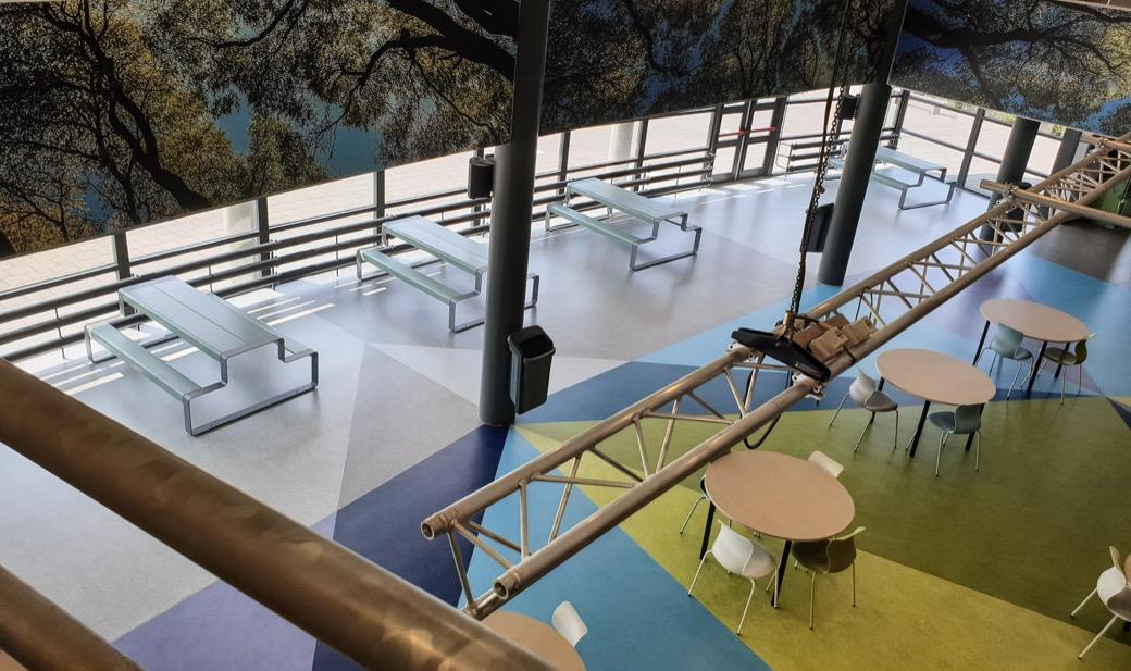 Tjinco Ouline Miramondo picknicktafel school schoolmeubilair aula gang inrichting blauw groen geel grijs oranje creme vandalismebestendig stoer modern design hufterproof sterk duurzaam plein park kantoor