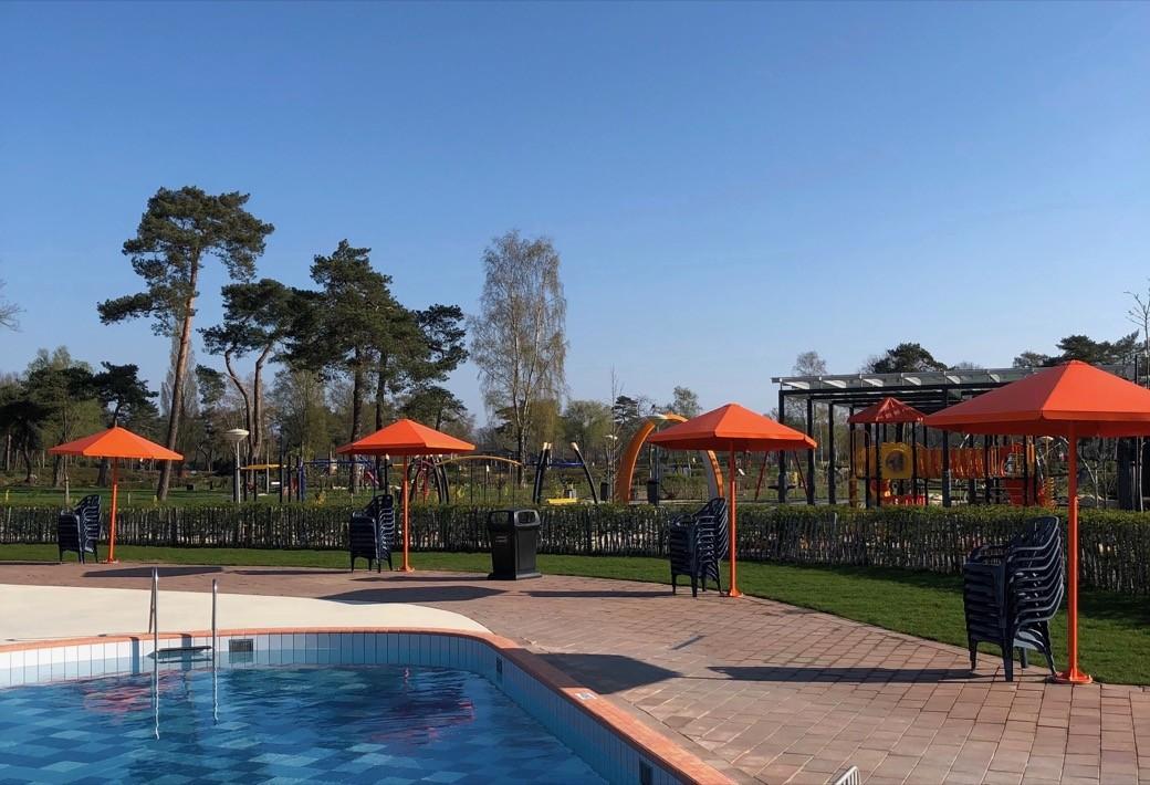 Four Seasons Parasols rondom zwembad Camping de Molenhof