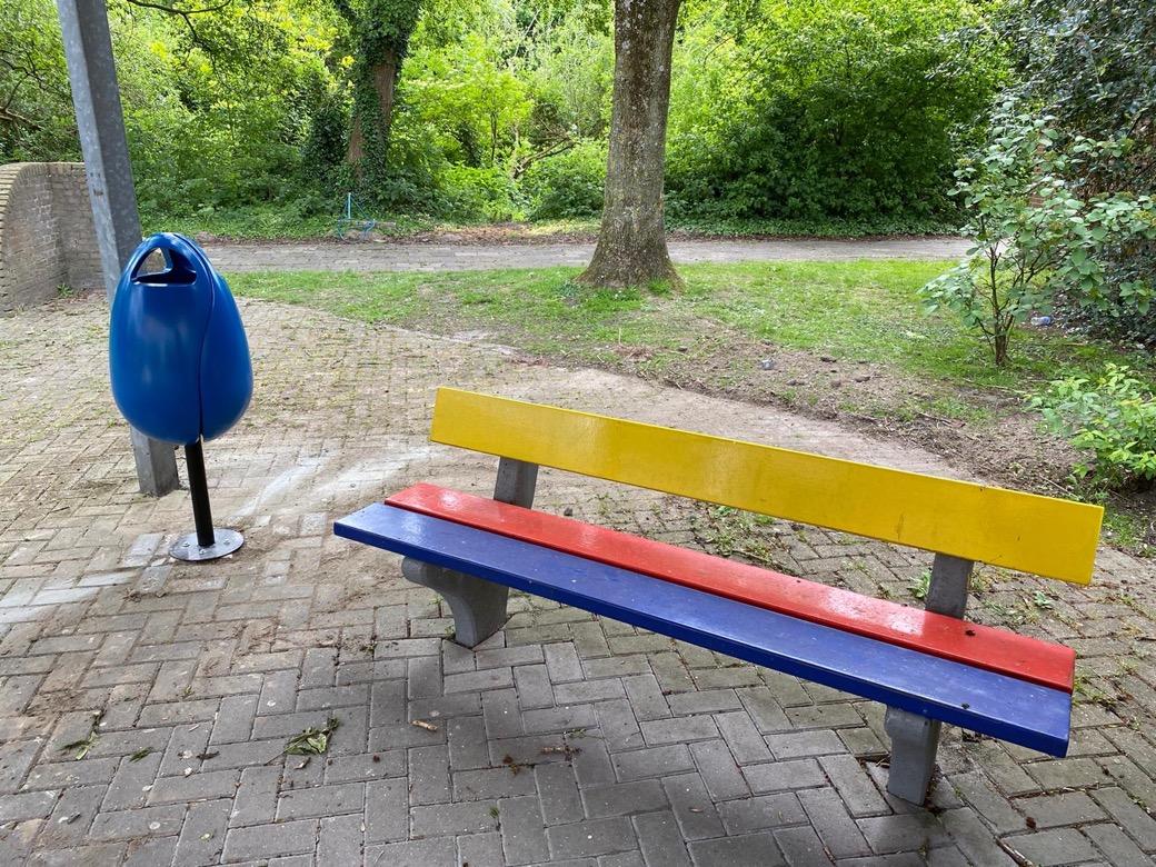 Tulpi bin afvalbak in de vorm van een tulp bloem in geel groen blauw wit zwart oranje alle RAL kleuren leverbaar nodigt uit afval in te werken voorkomt zwerfvuil en houdt de omgeving schoon ook de openbare ruimte en parken en pleinen en schoolplein origin