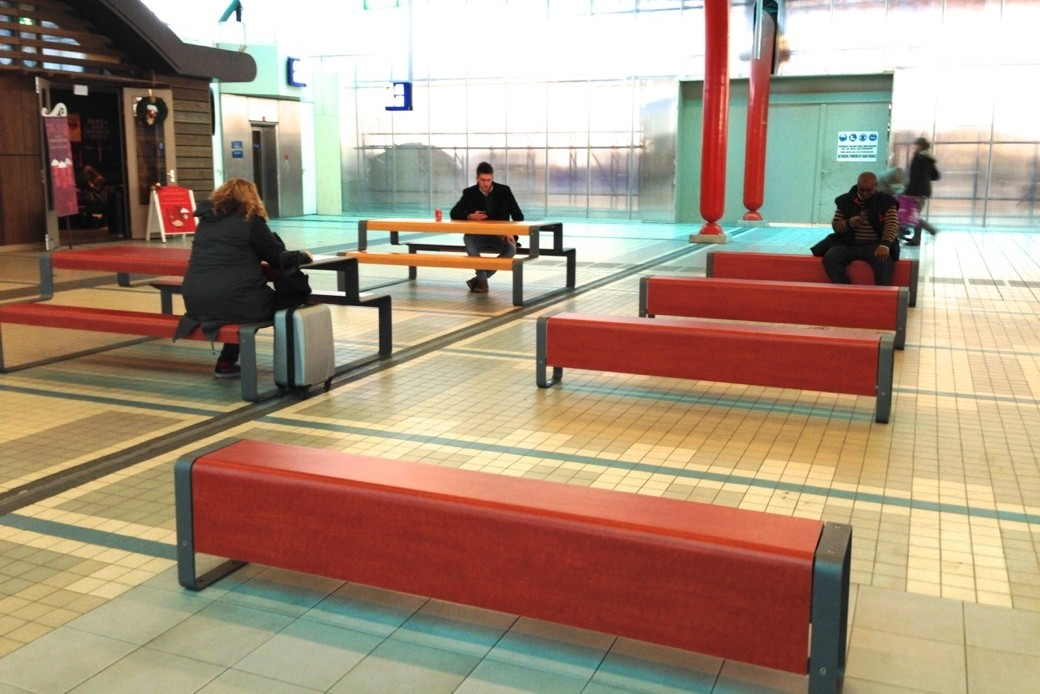 Op station Utrecht Centraal heeft Tjinco onlangs een nieuwe zit- en ontmoetingsplek ingericht voor reizigers.