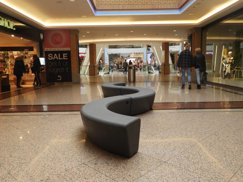 Tjinco Arc bank zitelement flexibel grijs antracietgrijs antraciet zwart kunststof polyethyleen slangvormig cirkelvormig cirkel slag slinger vorm winkelcentrum meubilair inrichting ontwerp cbre man en meer design zitten uitrusten openbare ruimte Eindhoven
