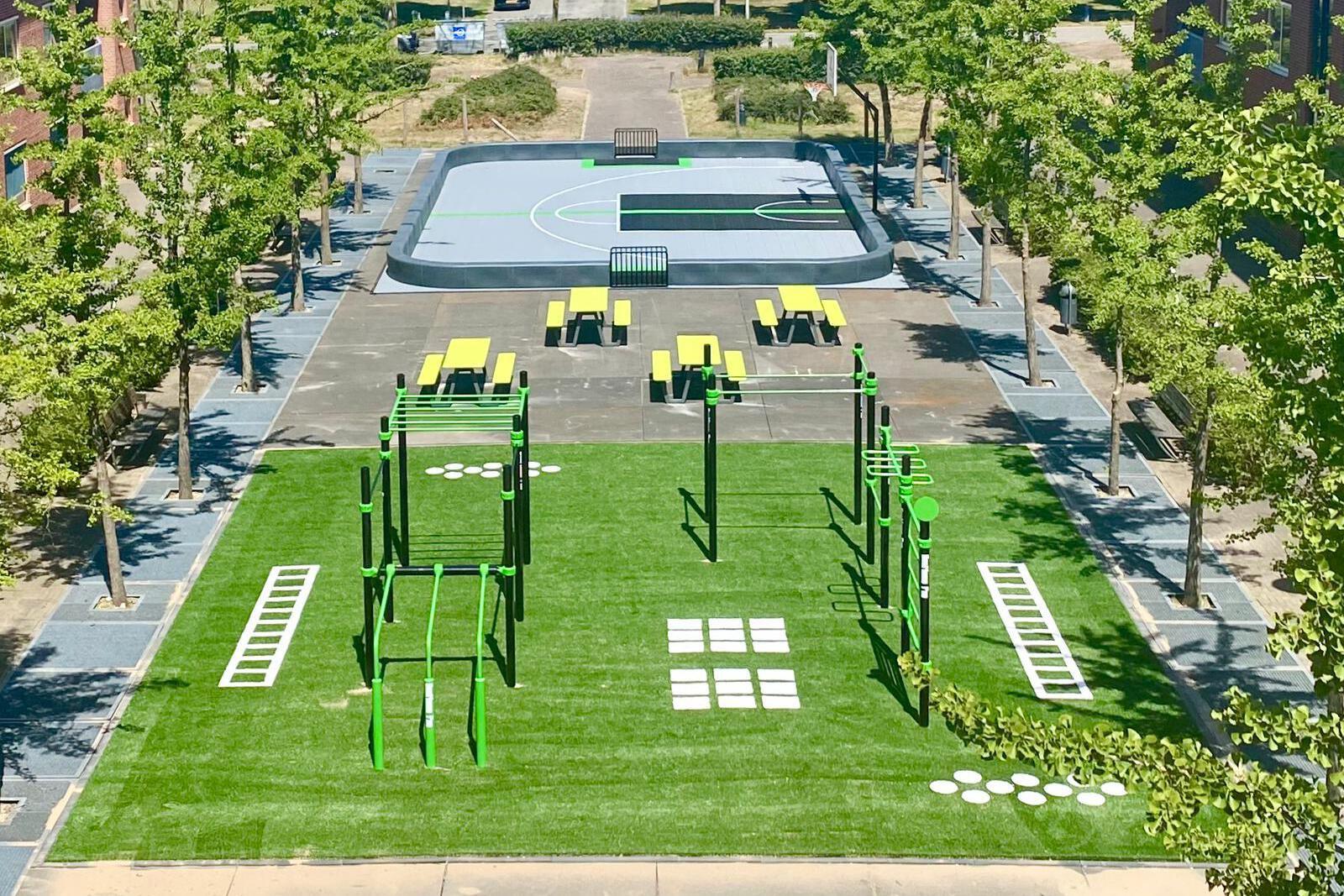 Stoere picknicktafels voor sportieve buitenruimte Oranjekazerne