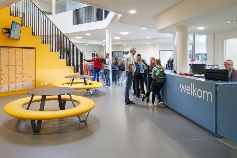 Nieuw schoolgebouw Gomarus College ingericht met picknicktafels en banken Buddy en Tour
