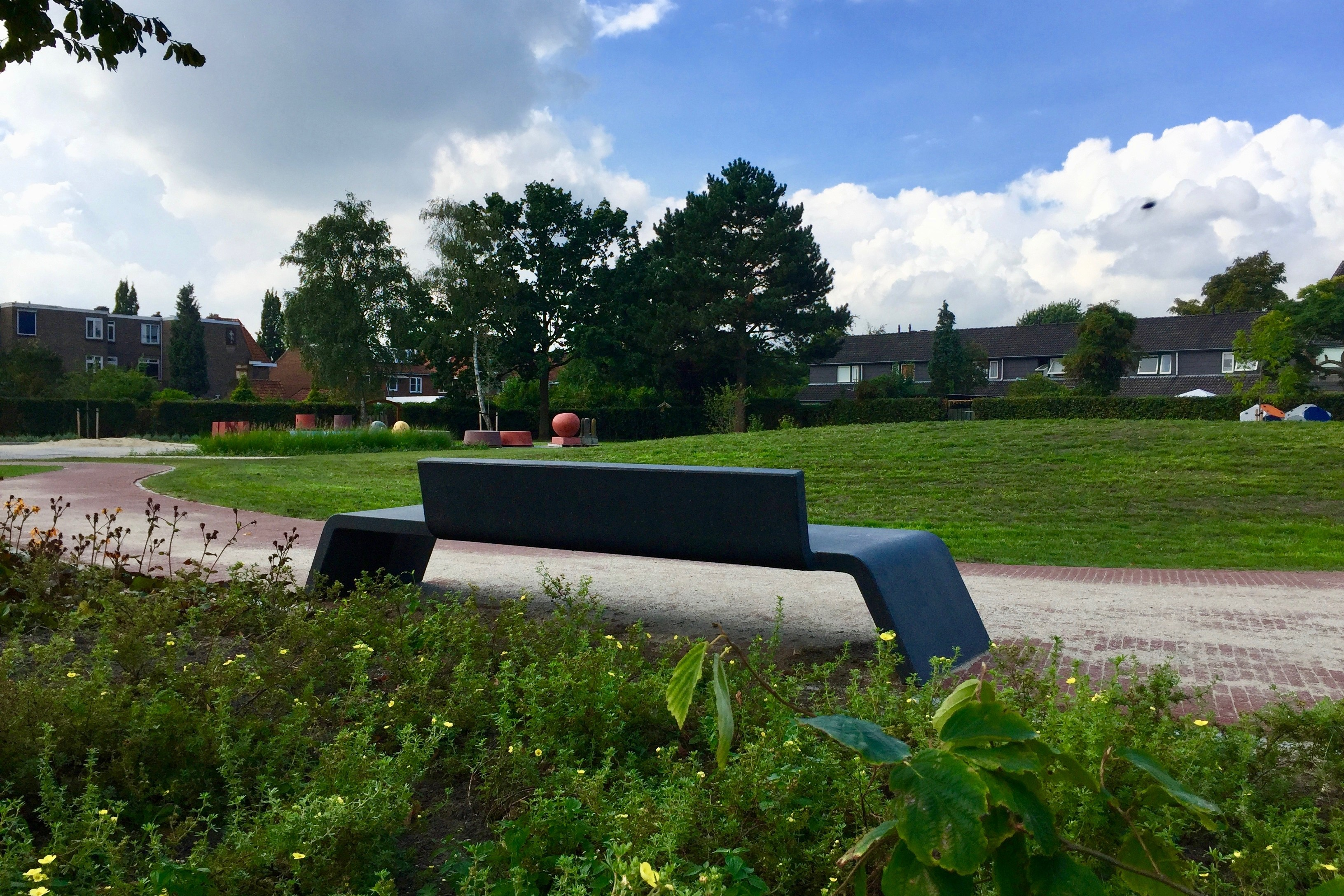 Parkje Nijmegen uitgerust met betonnen Mimetic bankjes