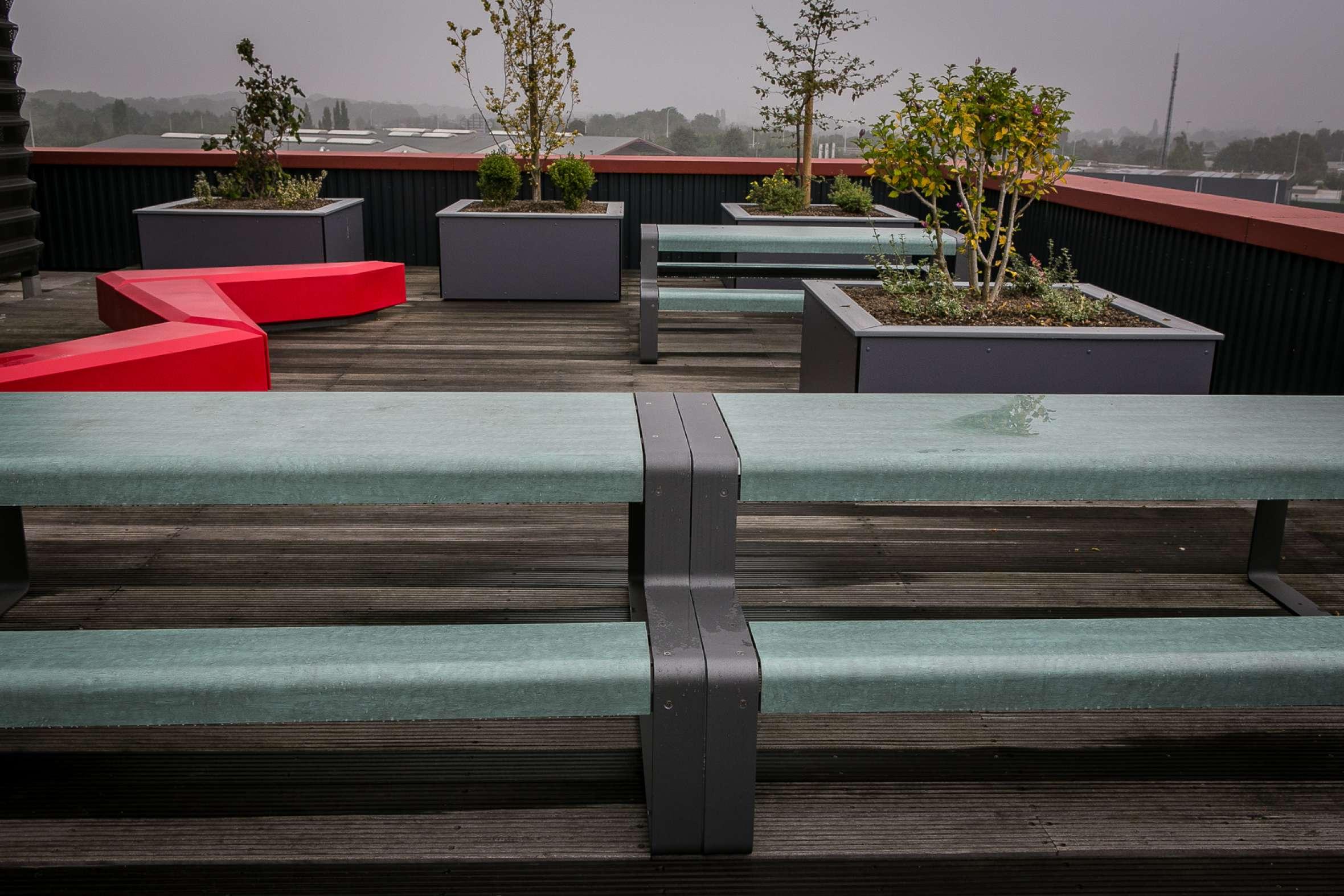 Picknicktafels Outline en Coffin Lounge banken voor berdrijfsterras